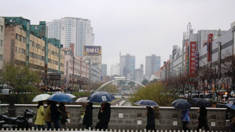 We also passed by the stream, one of the attractions in Seoul.
