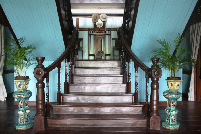 The left staircase is used by the ladies while the right part is for the men.