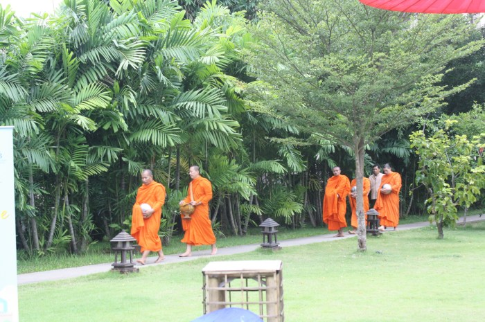 Alms offering is one of the activities that Siripanna offers to its guests.