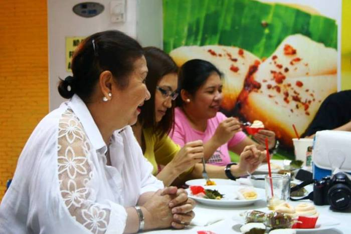 Proof that I was enjoying my brazo cupcake and the stories of Ms. Agnes Cuenca. Photo by Jojo Vito.