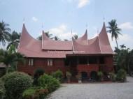 Rumah Gadang Selayo yang berwarna merah menyala dengan halaman yang luas... Pengeenn