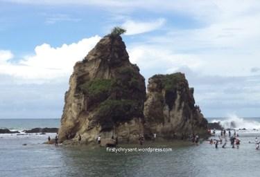 Karang kembar Tanjung Layar Sawarna. Siang hari