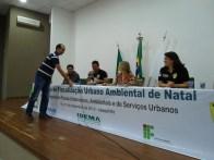 Participante recebe livro de Dra. Marise Costa