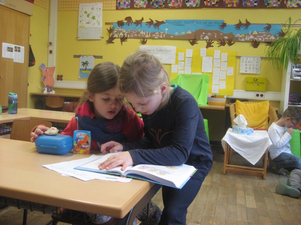 Lesestunde in der Klasse 1b