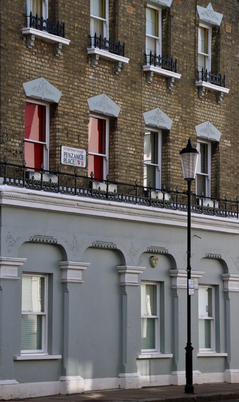 Wiktoriańskie kamienice-czerwone rolety-pastelowa fasada-Penzance Place-Londyn