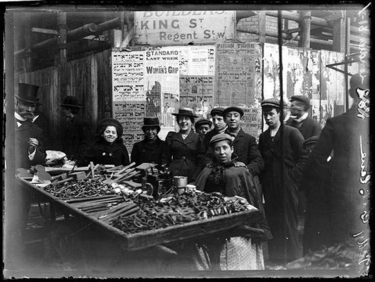 Jewish-immigrants-Petticoat-Lane-Whitechapel-1900