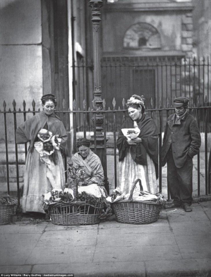 Uliczne-handlarki-Covent-Garden-utajona-prostytucja-Londyn-19-wiek