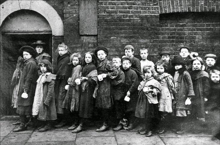 Dzieci-przed-fabryką-poranna-zmiana-Londyn-19-wiek