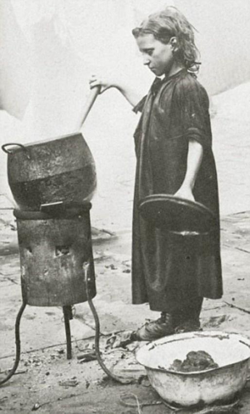 Dziewczynka-sprzedająca-zupę-na-ulicy-Londyn-19-wiek