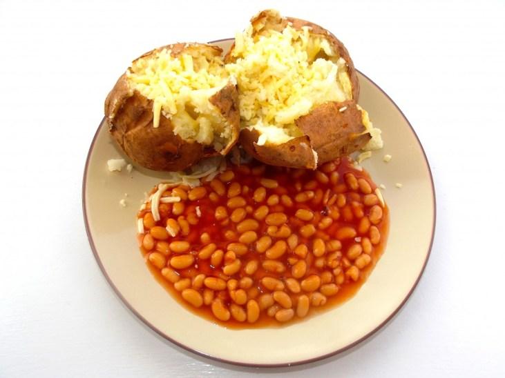 jacket-potato-beans-dieta-biedoty-miejskiej-pieczony-ziemniak-w-mundurku