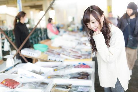 市場でお魚を選ぶ女性