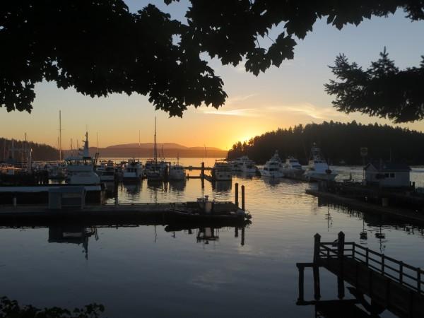 Lever du soleil sur le port de Friday Harbor