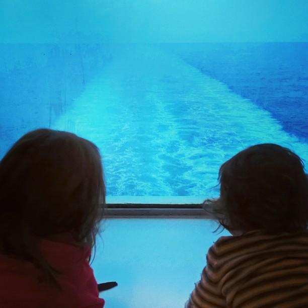 enfant regardant par la fenêtre d'un ferry