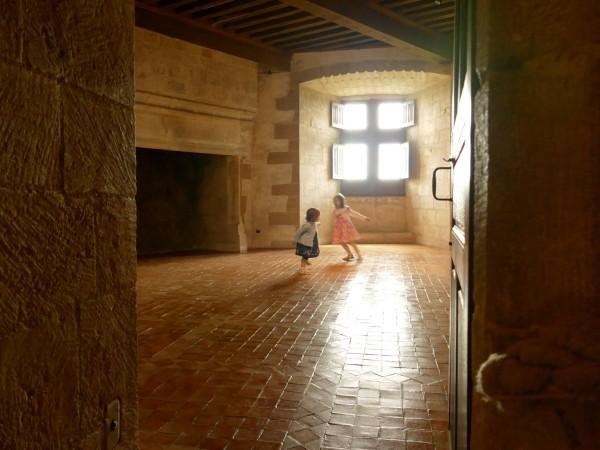 salle avec cheminée dans le château de Biron en Dordogne