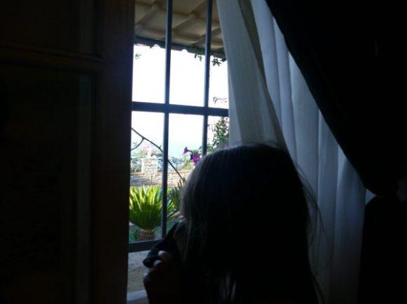 enfant à la fenêtre en Liguria