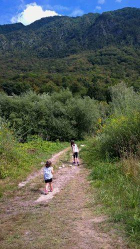 Chemin entre la rivière et le camp Vili