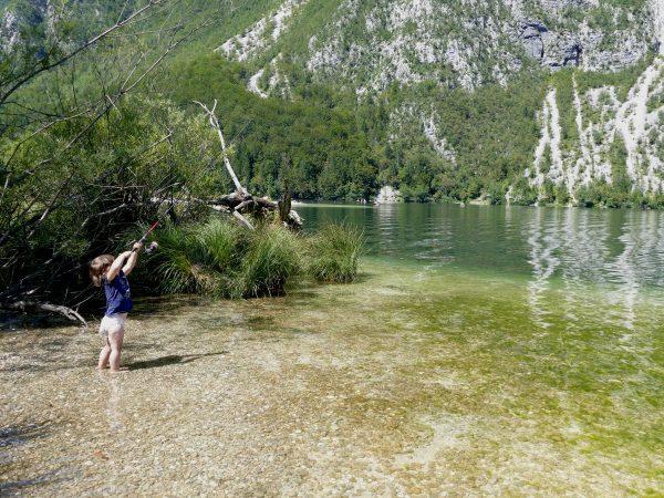enfant pêchant dans le lac de Bohinj