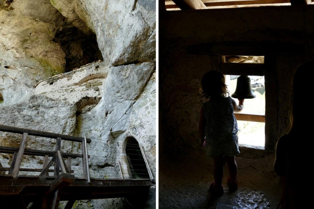 petit pont et cloche dans le chateau de Predjama