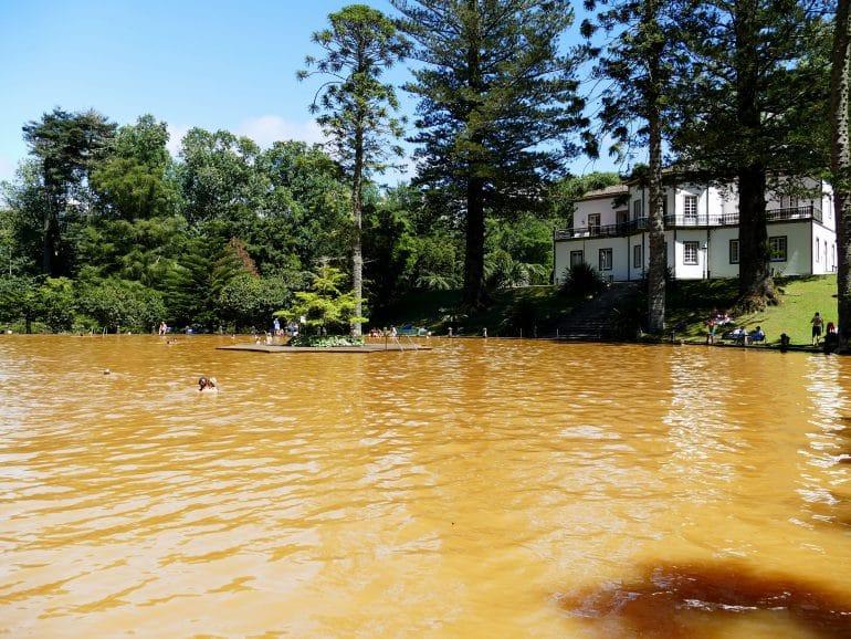 bain dans les sources chaudes du parc Terra Nostra sur Sao Miguel (Açores)