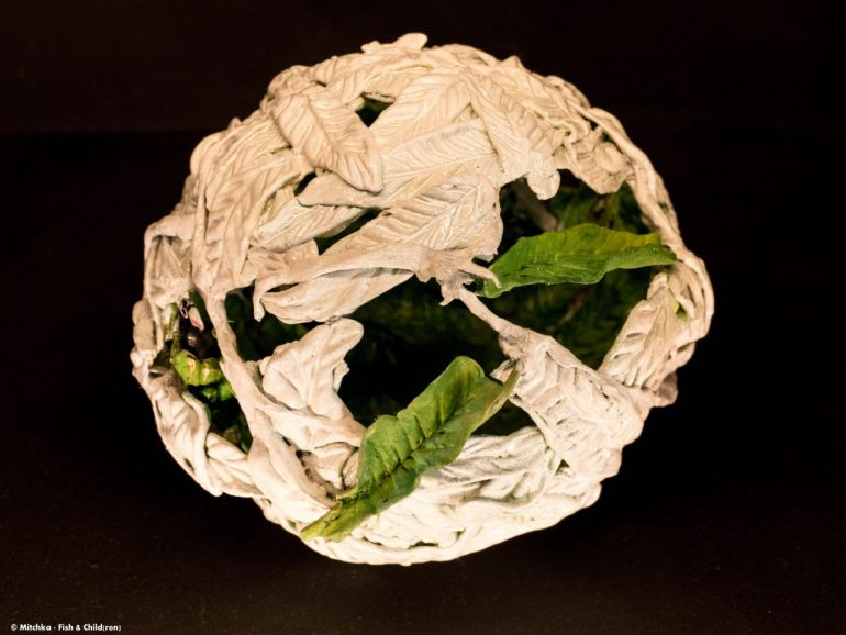 Sphère en argile de Martha Arango