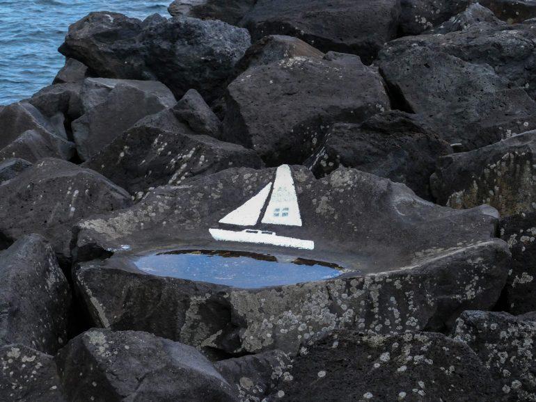 peinture d'un bateau dans le port d'Horta sur Faial (Açores)