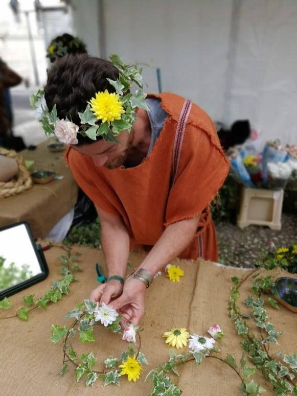confection de couronnes de fleurs devant les Arènes de Nîmes