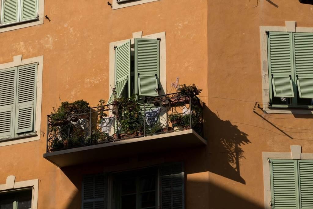 balcon dans la vieille ville de Nice