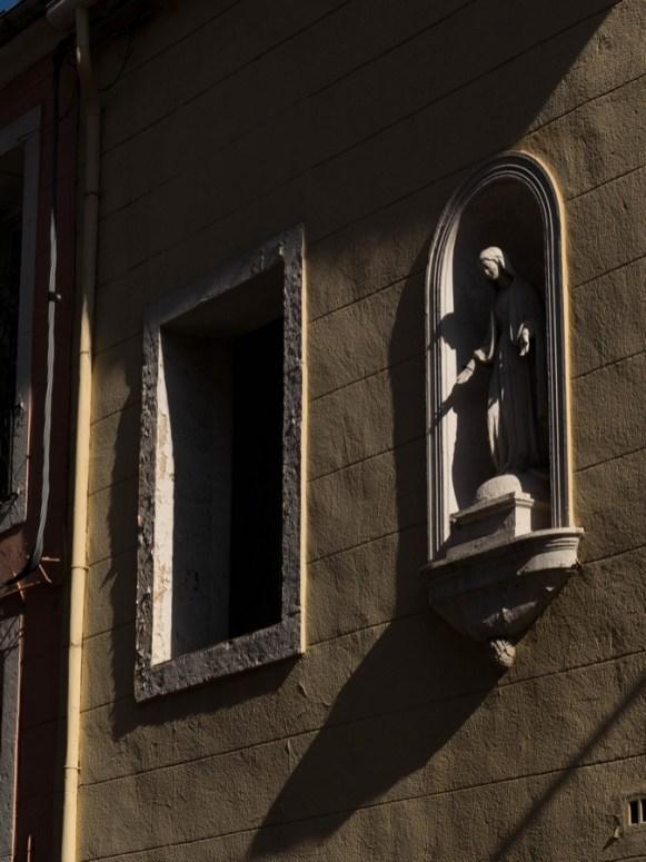 fenêtre et madonne dans les rues de sete