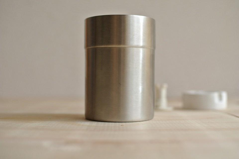 挽いたコーヒーを入れる缶
