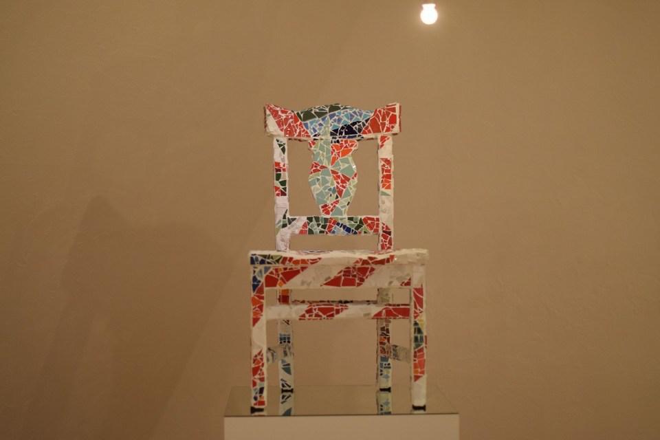 タイル製の椅子