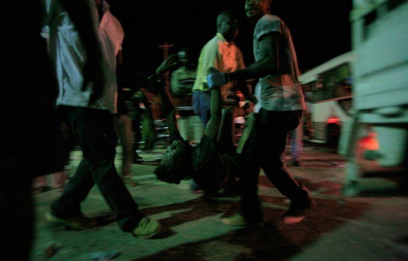 Местные жители ждут медиков после землетрясения в Порт-о-Пренс 13 января.