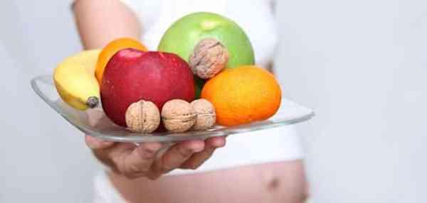 embarazada-plato-fruta-nueces-p