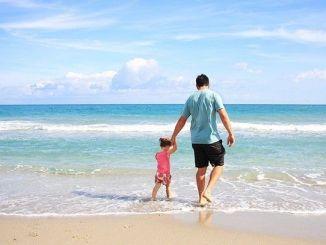 Beneficios de Caminar Descalzo por la Orilla de la Playa