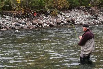 Fiskeeventyr og fiskerejser jesper får fin kongelaks på flue
