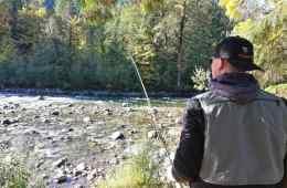 Eventyrlig fiskerejse Fiskerejser Spejder ud over floden