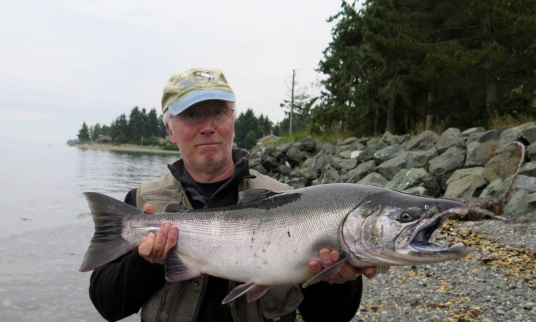 Fiskerejse-til-Vancouver-Island-efter-sølvlaks---Allan-med-stor-sølvlaks