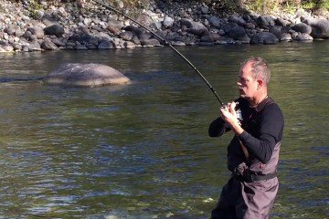 Fiskerejser og fiskeeventyr peter står med stor kongelaks