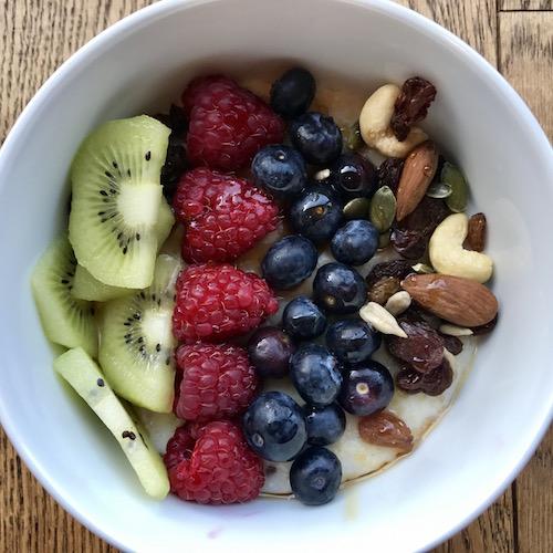 healthy-breakfast-oats-and-fruit