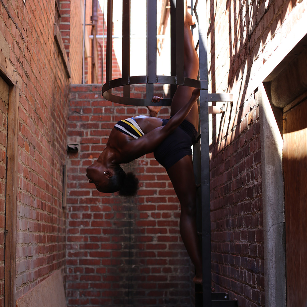 Woman split ladder alley flexibility Fit & Bendy
