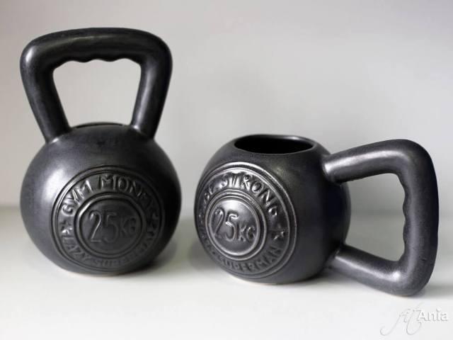 Pomysł na fit prezent dla osoby trenującej Crossfit: kubek i skarbonka kettlebell.