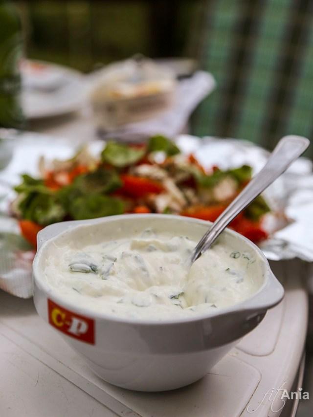 Sos czosnkowy jako dodatek do grillowanych warzyw