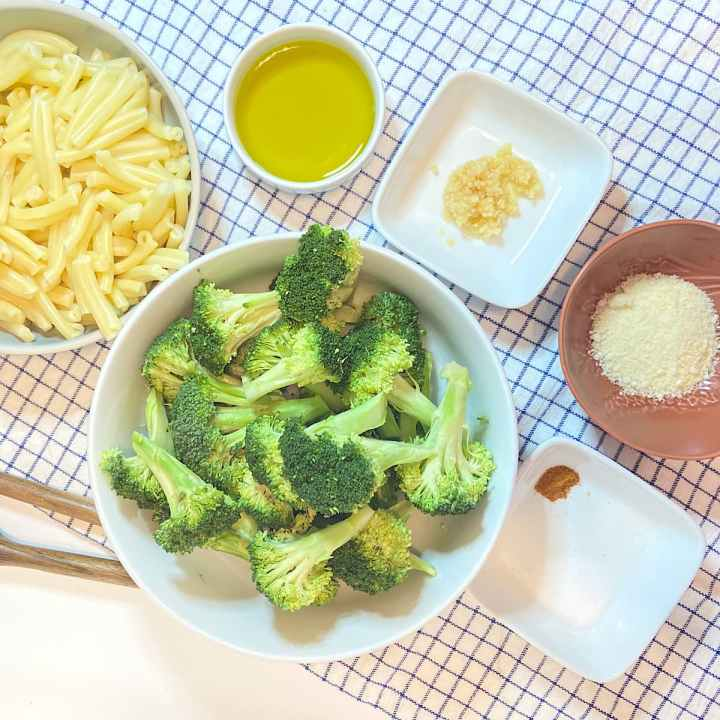 Spread of measured pasta and broccoli ingredients