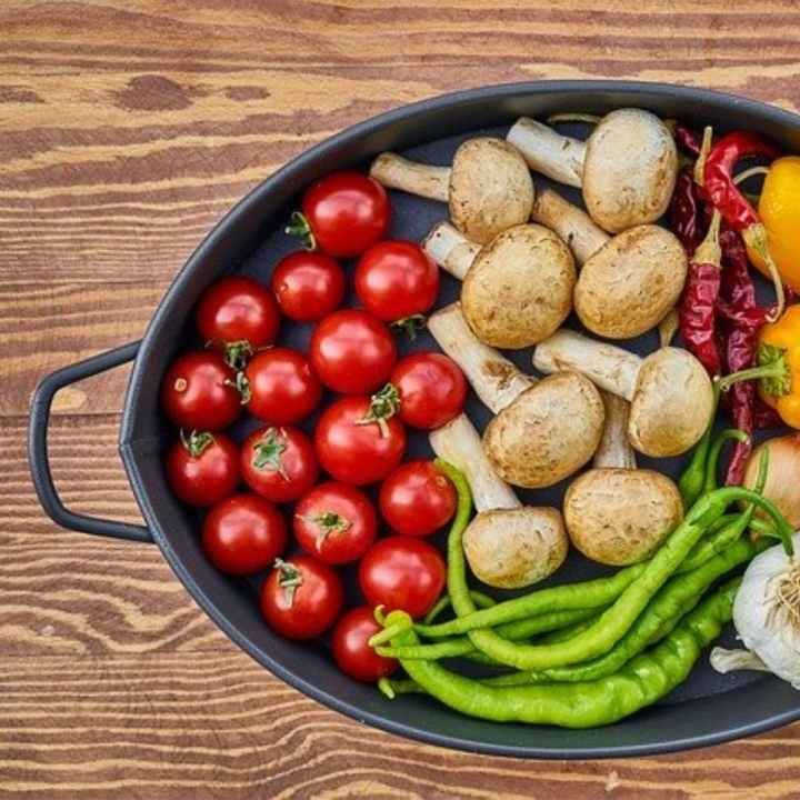 Enjoy low carbohydrate vegetables like, tomatoes, mushrooms, and bell pepper when starting keto.