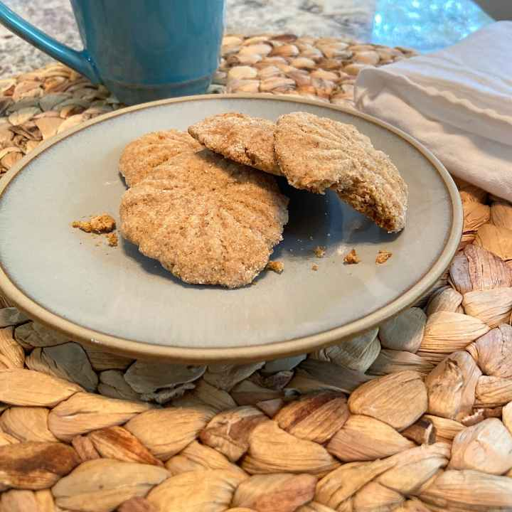 serve spice cookies with coffee