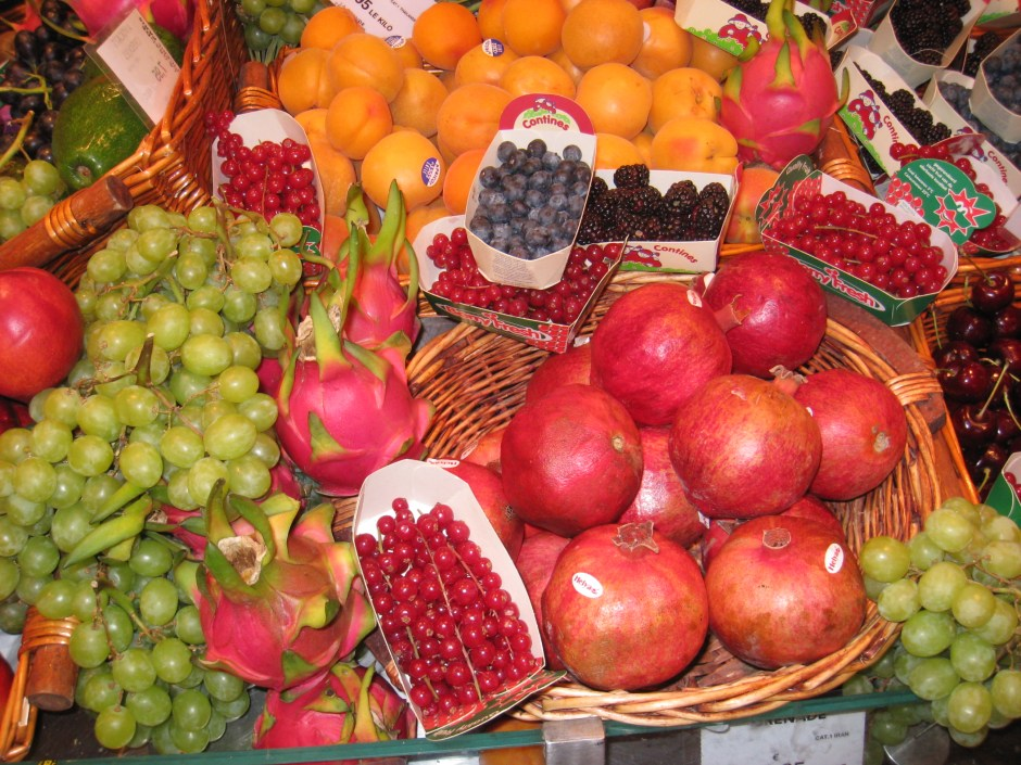 Fruit_and_berries_in_a_grocery_store,_Paris