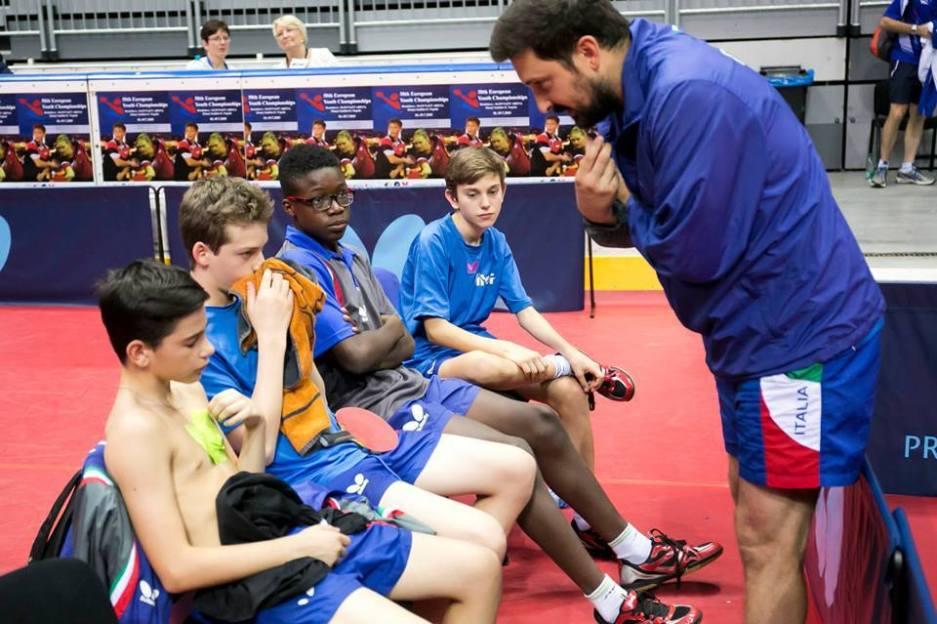 Il tecnico Valentino Piacentini parla con i suoi atleti