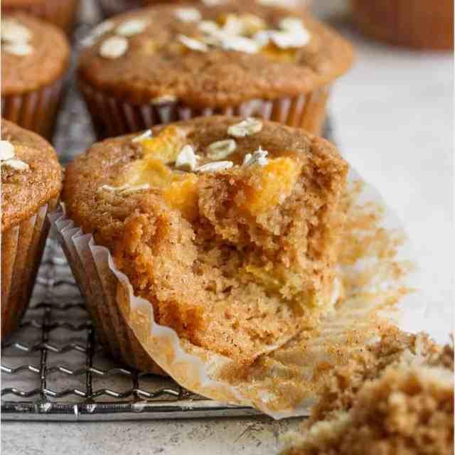 perzik muffin met een hap eruit taken