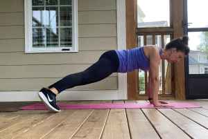 woman doing plank wipers