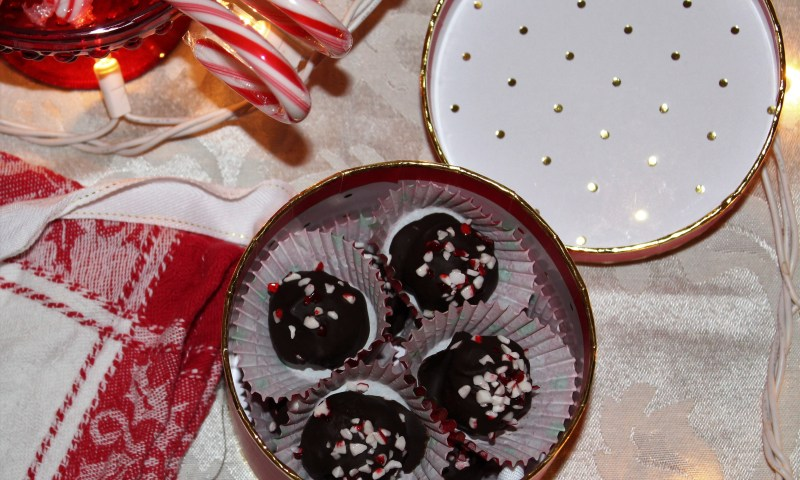 Dark Chocolate Peppermint Truffles--a naturally sweetened, no-bake, delicious paleo holiday treat!
