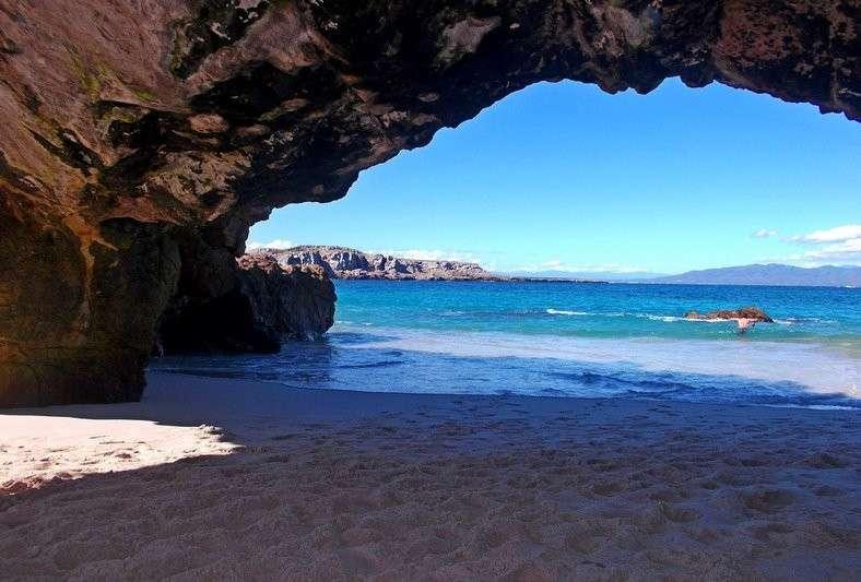 un-arco-roccioso-naturale-domina-la-spiaggia